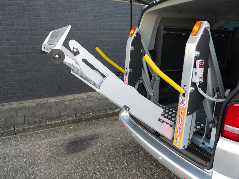 Laadklep voor rolstoelen in rolstoelbus